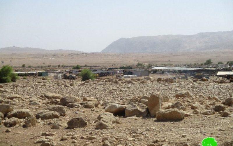 إخطار أربعة عائلات بدوية في منطقة رأس العوجا بهدم مساكنهم وحظائرهم