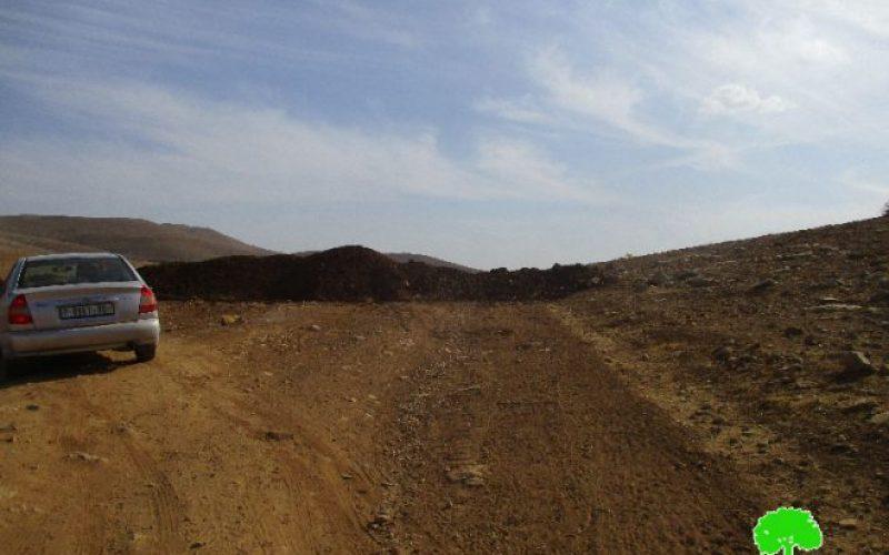 Israeli Occupation Forces close the entrance of Al-Hadidiya hamlet via dirt mounds