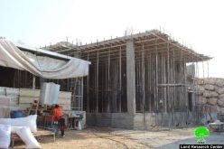 إخطار بوقف العمل في منزل ببلدة بيت عوا غرب الخليل