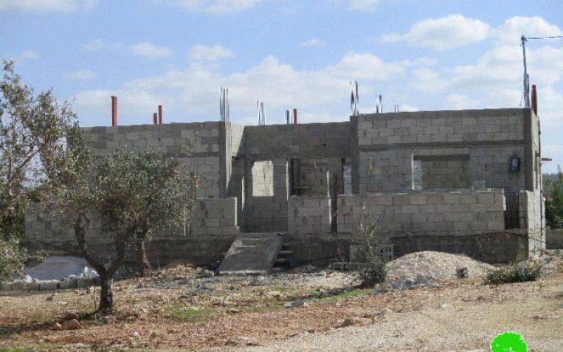 الاحتلال يخطر بوقف البناء لسبعة منازل في بلدة كفر الديك