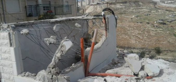 Israel Municipality forces a Jerusalemite man to self-demolish his residence in Al-Isawiya  village