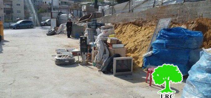 مفتش بلدية الاحتلال يجبر عائلة صري على هدم محلاتها التجارية بنفسها بجبل المكبر