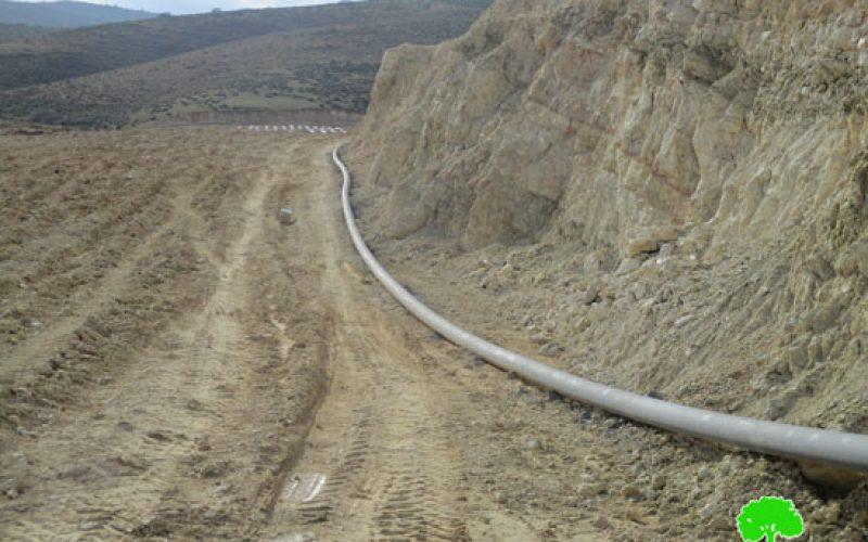 إخطار بوقف البناء لمنزل قيد الإنشاء وشبكة أنابيب ناقلة في قرية كردلة