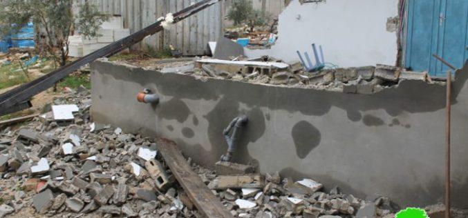جرافات الاحتلال تهدم جزء من مسكن في قرية حزما شمال مدينة القدس المحتلة