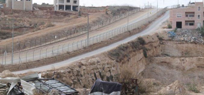 هدم بركسين في حي واد الحمص الواقع في قرية صور باهر
