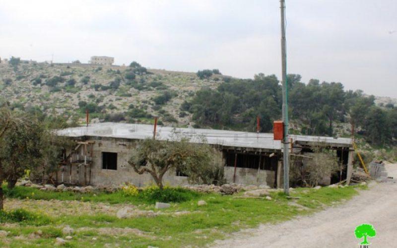 إخطار بوقف العمل في مسكن بقرية بيت مرسم جنوب غرب الخليل