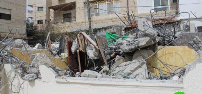 The occupation authorities demolish a house in the Jerusalem neighborhood of Beit Hanina