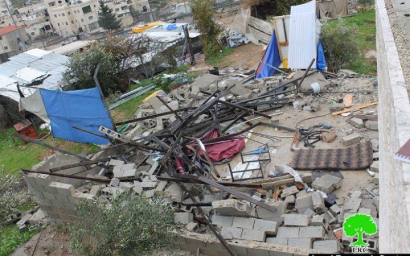 جرافات الاحتلال تهدم مسكناً في قرية حزما شمال مدينة القدس المحتلة