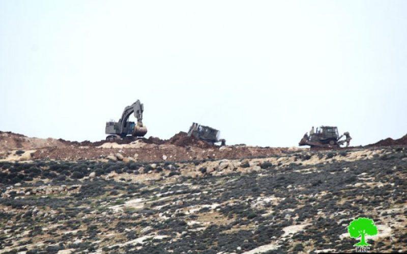 جرافات الاحتلال تشرع بتجريف أراضي المواطنين شرق سعير