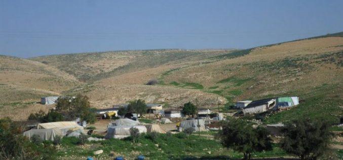 إخطار بوقف البناء لخيام سكنية وزراعية في منطقة حمصة الفوقا