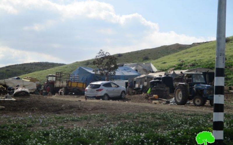 إخطار بوقف البناء لخيام وبركسات زراعية في خربة الدير
