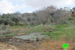 """مستعمرو """" شفوت راحيل"""" يواصلون ضخ المياه العادمة باتجاه خربة صرة على أراضي قرية قريوت"""