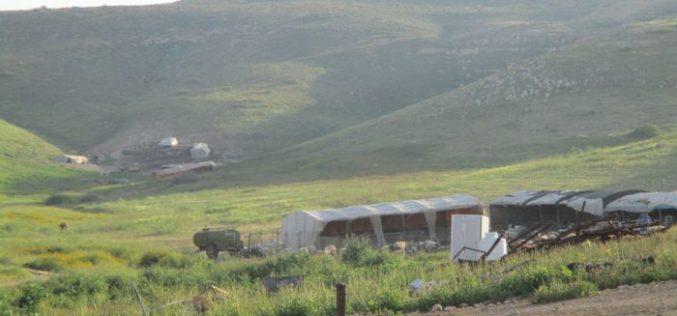 مصادرة غرفة سكنية متنقلة في منطقة خلة حمد في الأغوار الشمالية