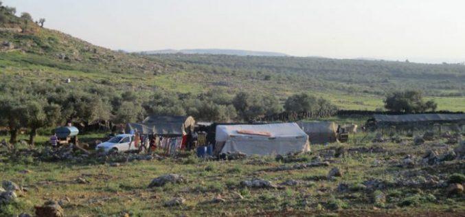 إخطارات بهدم خيام وبركسات زراعية شمال غرب قرية رنتيس