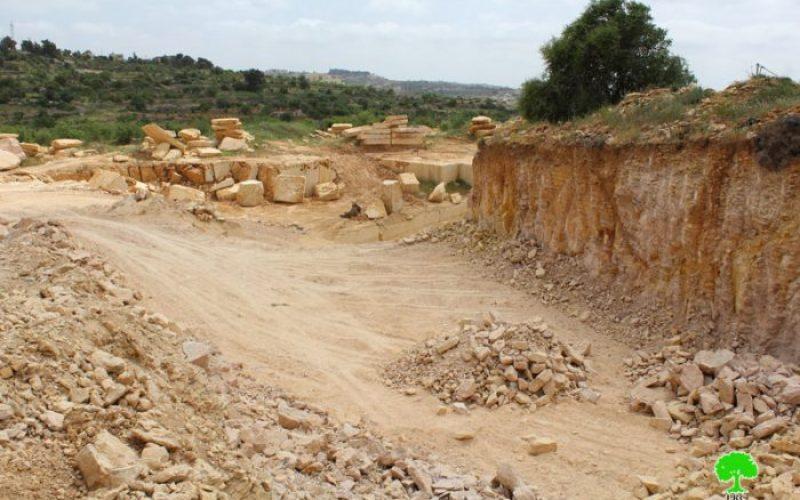 سلطات الاحتلال تصادر حفار وجرافة من محجر ببلدة بيت أمر