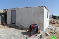 أوامر هدم وإخطارات بوقف العمل في منشآت سكنية في أم الخير شرق يطا