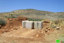 إغلاق طريقاً زراعياً ويضع بوابة حديدية على مدخل قرية المغير