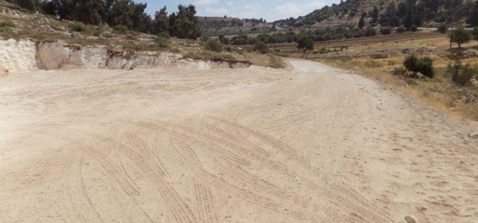 تجريف ومصادرة أراضي في موقع واد الشاجنة ببلدة دورا لإقامة برج عسكري