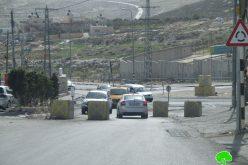 اغلاق مدخل بلدة حزما شمال القدس بالمكعبات الإسمنتية