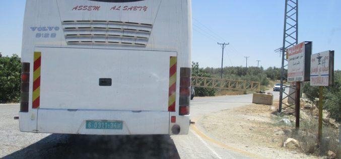 إغلاق مدخل قرية دير أبو مشعل ببوابة حديدية