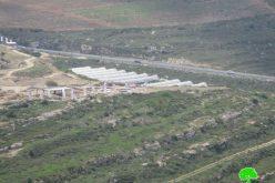 الاحتلال الاسرائيلي يغير معالم المدخل الجنوبي لقرية قريوت جنوب نابلس
