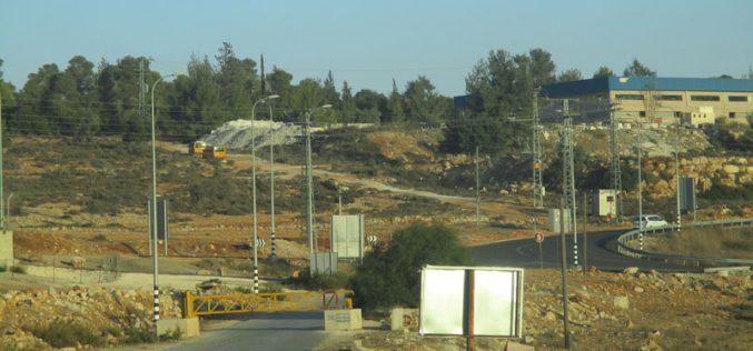 الاحتلال الإسرائيلي يغلق البوابة الحديدية جنوب قرية النبي صالح