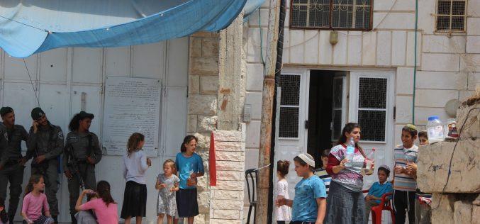 مستعمرون يقتحمون منزل عائلة أبو رجب بالبلدة القديمة ويستولون عليه