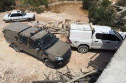 الاحتلال يخطر بوقف العمل والبناء في منازل 3 أشقاء بقرية بيت الروش الفوقا جنوب الخليل