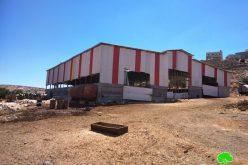 إخطار بوقف العمل في منشأة زراعية بقرية بيت عمرة غرب يطا