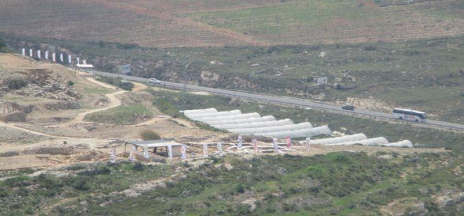 """رغم قرار العليا بإخلاء المستعمرين من أراضي فلسطينية استولوا عليها … إلا أنهم يرفضون ذلك – منطقة """" الصرارة"""" غرب قرية قريوت"""
