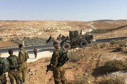 الاحتلال يغلق طريقاً في قرية الكرمل شرق يطا / محافظة الخليل