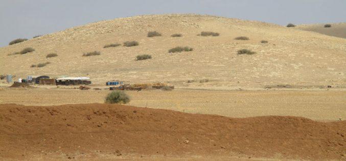 """الاحتلال يقتحم منطقة """" أم العبر"""" ويصادر رأسين من الأبقار و50 برميل للمياه"""