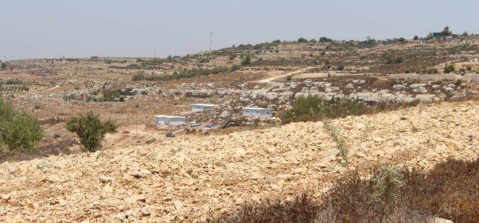 مستعمرون ينصبون كرفانات استعمارية على حساب الأراضي الزراعية في بلدة الخضر بمحافظة بيت لحم