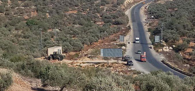 جيش الاحتلال الإسرائيلي يغلق طريقاً زراعياً في بلدة قراوة بني حسان / محافظة سلفيت