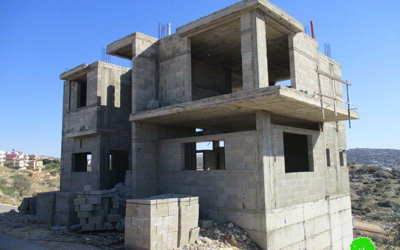 إخطارات بوقف البناء تطال 10 منازل ومزرعة للمواشي في قرية سنيريا / محافظة قلقيلية