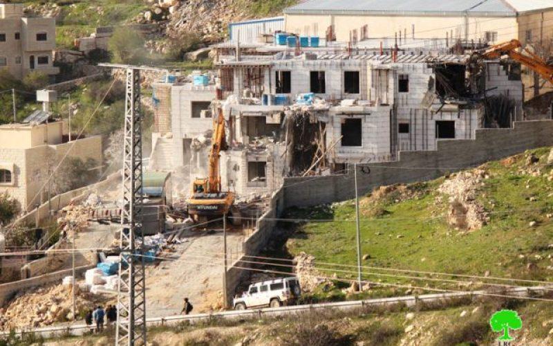 الاحتلال يهدم بناية سكنية  مدخل بيت كاحل شمال غرب الخليل