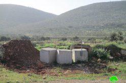 إغلاق مداخل قرية المغير الشرقية بالسواتر الترابية والمكعبات الإسمنتية محافظة رام الله