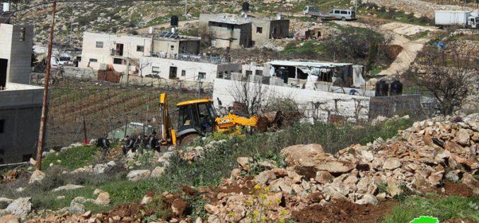الاحتلال يجرف أراضي ويهدم بئر في البقعة شرق الخليل