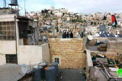 إيقاف العمل في منزل مواطن بشارع الشهداء وسط مدينة الخليل