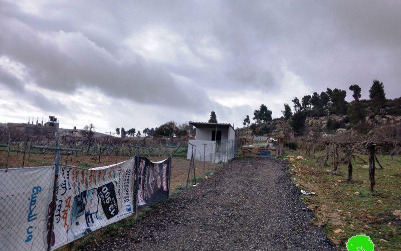 إخطار بوقف العمل في غرفة زراعية بمخيم العروب شمال الخليل