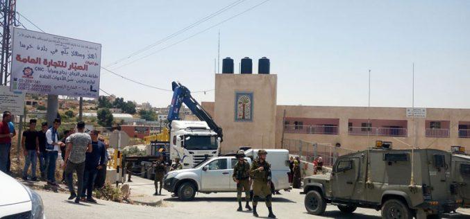 الاحتلال يقيم بوابات جديدة على مفرق خرسا جنوب الخليل