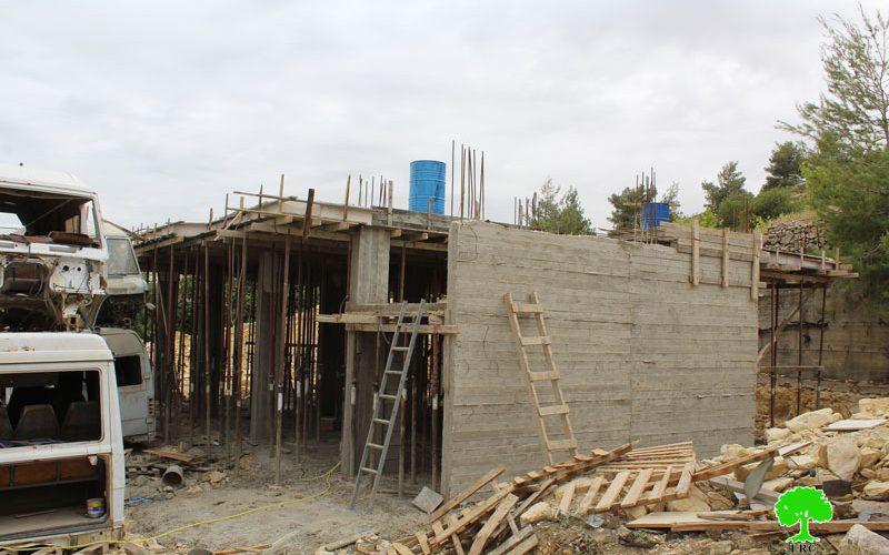 إخطارات بوقف العمل في منزلين ببلدة بيت أمر محافظة الخليل