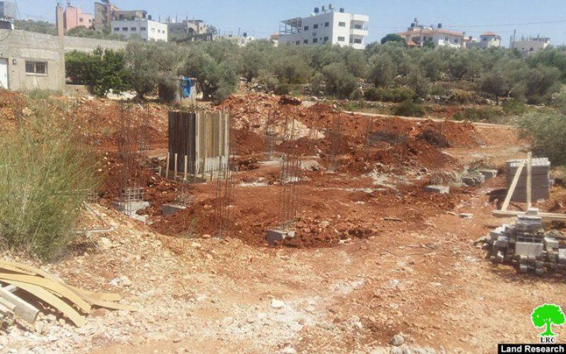 إخطار بوقف البناء لمنزل سكني في بلدة دير بلوط