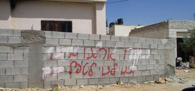 """عصابة """" تدفيع الثمن"""" تخط شعارات عنصرية وتعتدي على مركبات الفلسطينيين في قرية رامون / محافظة رام الله"""