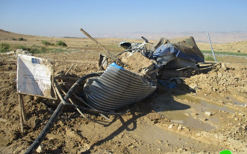 The Israeli occupation destroys a cistern and confiscates water pipes in the Jordan Valley