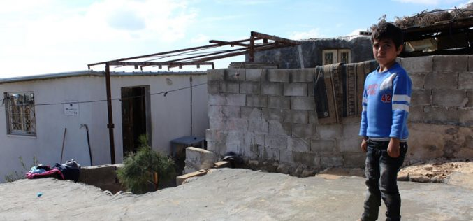 أمر هدم نهائي يستهدف مسكناً وحمام وألواح شمسية في خلة الضبع شرق يطا  محافظة الخليل