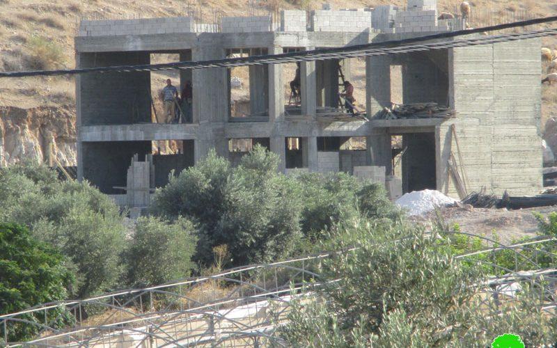 إخطار بوقف البناء لمجمع الخدمات بحجة عدم الترخيص في قرية كردلة / محافظة طوباس