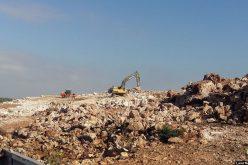 إجبار مواطن على تفكيك أجزاء من بركسه الزراعي في بلدة دير بلوط / محافظة سلفيت