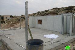 الاحتلال يفكك ويصادر غرفة متنقلة ويخطر بوقف البناء لبركس زراعي في قرية بردلة/ محافظة طوباس