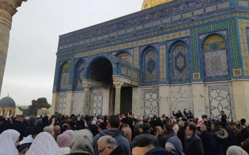 سلطات الاحتلال تعتدي على المصلين عند مسجد قبة الصخرة في المسجد الأقصى